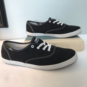 Left classic black low top canvas sneakers size 9